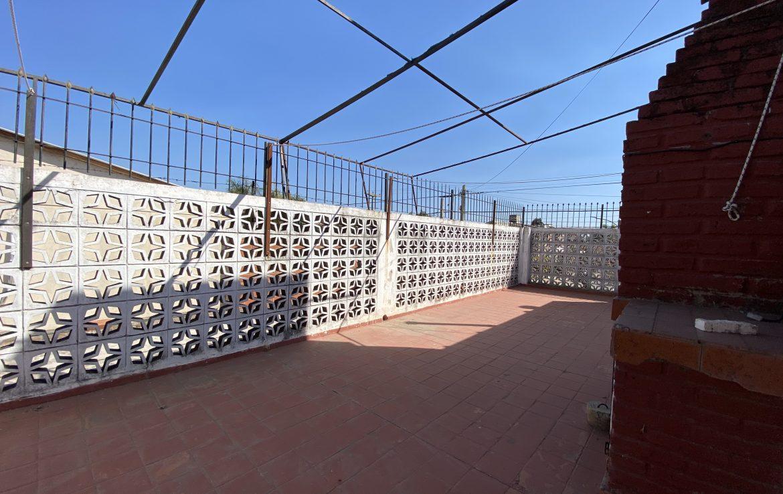 amplia terraza con asador